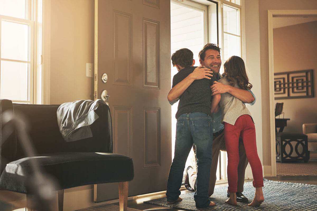 Familienvater umarmt zwei Kindern