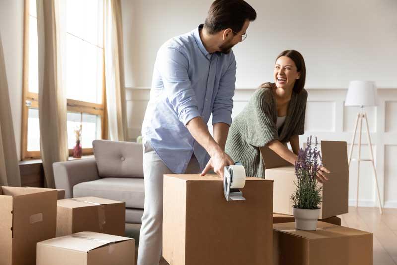 Junges Paar packt Umzugskartons